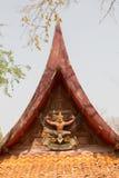 El arte adorna el tejado de un templo budista Fotografía de archivo libre de regalías