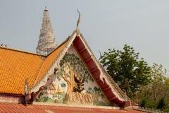 El arte adorna el tejado de un templo budista Imágenes de archivo libres de regalías