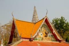 El arte adorna el tejado de un templo budista Fotografía de archivo
