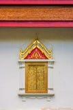 El arte de la religión de la ventana de madera con el tejado rojo imágenes de archivo libres de regalías