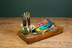 El arte de pintura de la herramienta del artista suministra cepillos y colores Imagen de archivo
