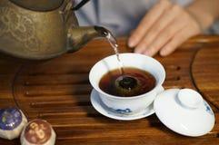 El arte de preparar el encanto del té chino foto de archivo