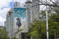 El arte proyectado en el edificio es claro y objetivo imagenes de archivo