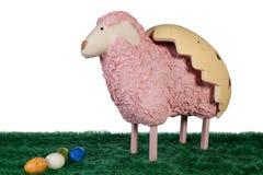 El arte rosado hizo el cordero con los huevos coloreados Imagenes de archivo