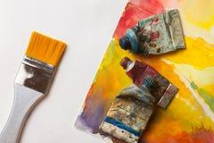 El arte suministra las pinturas y el cepillo para pintar Imagenes de archivo