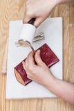 El artesano corrige el sellado de la bolsa de cuero Imagen de archivo libre de regalías