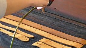 El artesano de cuero causa la pintura en correas Concepto hecho a mano Concepto de peque?a empresa para crear los productos de cu metrajes
