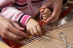 El artesano enseña al niño Fotografía de archivo