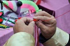 El artesano está haciendo intertexture Foto de archivo libre de regalías