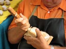 El artesano italiano trabaja grabando al agua fuerte un pedazo de madera Imagenes de archivo