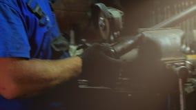 El artesano Working With una sierra circular, chispas vuela de fundición El trabajo duro de los hombres Hombre trabajado en el ac metrajes
