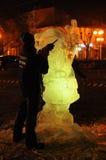 El artista crea una escultura de hielo Imagen de archivo libre de regalías