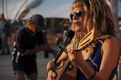 El artista de la calle toca la guitarra Imágenes de archivo libres de regalías