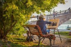 El artista de la mujer dibuja el canal veneciano y el puente hermoso fotografía de archivo libre de regalías