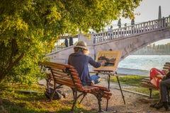 El artista de la mujer dibuja el canal veneciano y el puente hermoso fotos de archivo libres de regalías