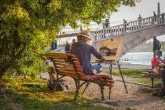 El artista de la mujer dibuja el canal veneciano y el puente hermoso imagen de archivo libre de regalías
