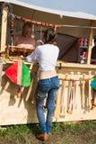 El artista de la mujer joven compra un encanto afortunado de cuero hecho a mano Imagen de archivo libre de regalías