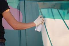 El artista de la pintada dibuja en la pared Imagen de archivo libre de regalías