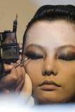 El artista de maquillaje aplica la sombra de ojo imagen de archivo libre de regalías