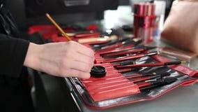 El artista de maquillaje está haciendo un maquillaje almacen de video