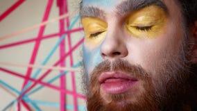 El artista de maquillaje hace un maquillaje de la etapa en el hombre Un avatar o un extranjero o un demonio del mar almacen de video
