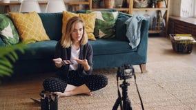 El artista de maquillaje de la muchacha y el blogger apuestos está registrando el vídeo sobre nuevo producto cosmético usando cám almacen de video