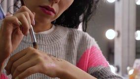 El artista de maquillaje mezcla las sombras almacen de metraje de vídeo