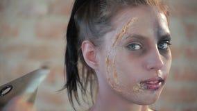 El artista de maquillaje profesional de la mujer del primer hace cera el maquillaje plástico para el cine del arte y pinta la car almacen de video