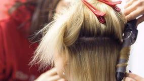 El artista de maquillaje y el peluquero profesionales prepara a la actriz a la etapa metrajes