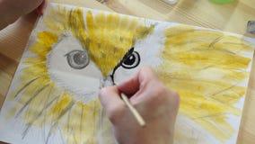 El artista dibuja el pico de un pájaro