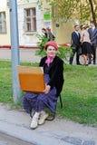 El artista en la ropa pasada de moda de los años 40 participa en evento del día de la victoria en Stalingrad Imágenes de archivo libres de regalías