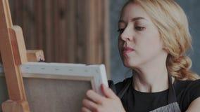 El artista experimentado profesional con los smartwatches crea ilustraciones abstractas en lona Ella imagen de pintura en el caba metrajes