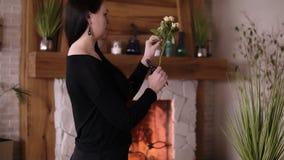 El artista floral profesional, florista limpia las flores de las hojas adicionales - rosas amarillo claro en la floristería, tall almacen de metraje de vídeo