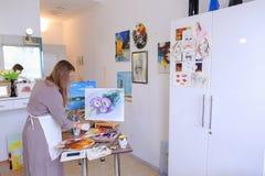 El artista Girl Holds Brush a disposición y dibuja en lona, coge el pH Foto de archivo libre de regalías