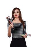 El artista hermoso lindo de la muchacha que sostiene una paleta y un cepillo en el proceso dibuja la inspiración Fondo blanco, ai Imágenes de archivo libres de regalías