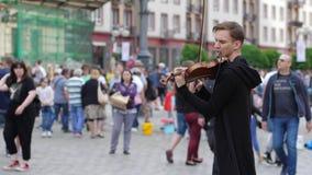 El artista musical está jugando en viola en la calle para los transeúntes en ciudad almacen de video