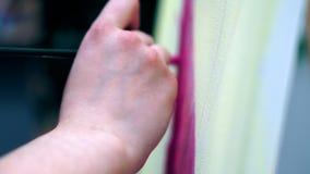 El artista pinta en lona y mancha un cepillo amplio La lona se coloca en el caballete metrajes