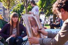 El artista pinta un retrato de la muchacha de calle Foto de archivo libre de regalías