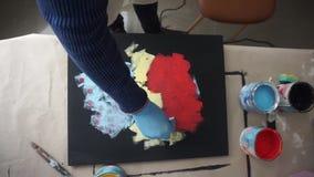 El artista pinta una imagen abstracta con una esponja Tarjeta negra Visi?n superior almacen de video