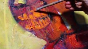 El artista pinta una pintura en lona metrajes