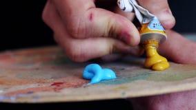 El artista prepara la pintura almacen de metraje de vídeo