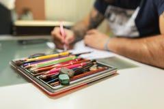 El artista principal del tatuaje prepara el bosquejo del tatuaje de la transferencia foto de archivo