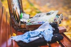 El artista que miente en un banco de parque fotografía de archivo libre de regalías