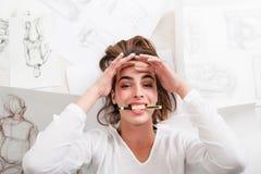 El artista sonriente que mentía en piso mordió la opinión superior del lápiz imagen de archivo