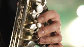 El artista toca el saxofón Los fingeres pulsan las teclas del saxofón metrajes