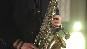 El artista toca el saxof?n Los fingeres pulsan las teclas del saxof?n almacen de video