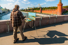 El artista trabaja en el puente grande de Moskvoretsky - Moscú, Rusia imagen de archivo