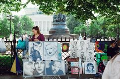 El artista vende sus pinturas en la perspectiva de Nevsky en St Petersburg fotos de archivo libres de regalías