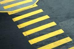 El asfalto amarillo peatonal de la travesía alinea el carril de la calzada Fotografía de archivo libre de regalías