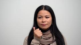 El asiático bonito piensa y hace clic el botón de una pluma almacen de metraje de vídeo